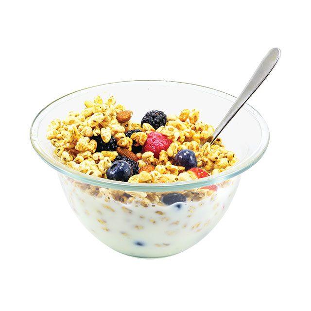 아침식사 메뉴는 라이스퍼프와각종 베리.