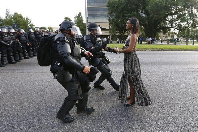 레시아 에반스가 얼턴 스털린의 죽음에 항의하기 위한 바통 루즈에서의 시위에서 체포당하고 있다.