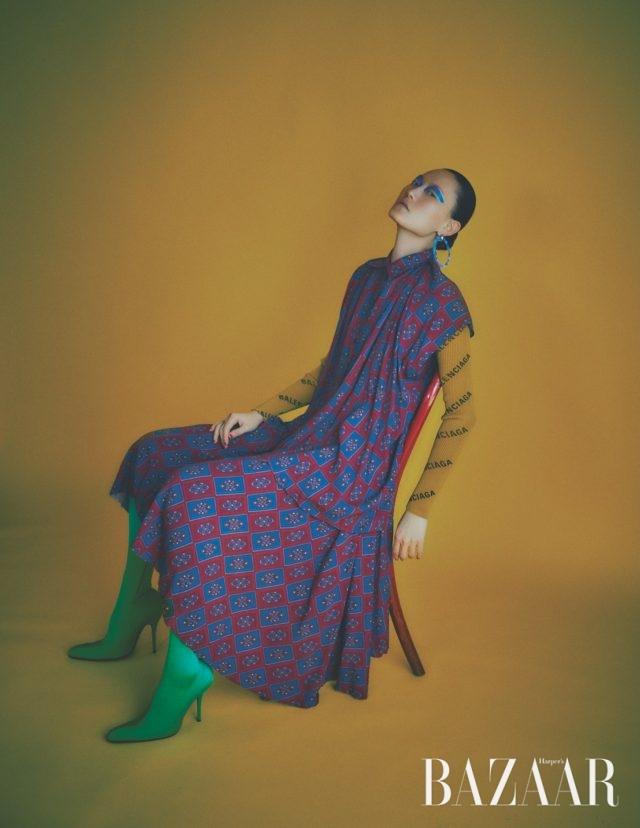드레스는 3백40만원대, 이너로 입은 카디건은 1백50만원대, 귀고리는 70만원대, 팬타슈즈는 가격 미정 모두 Balenciaga.