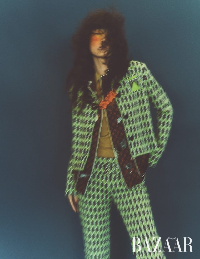 재킷은 가격 미정, 니트 톱은가격 미정, 팬츠는 가격 미정, 목걸이는 44만원 모두 Prada, 셔츠는 가격 미정 Louis Vuitton.
