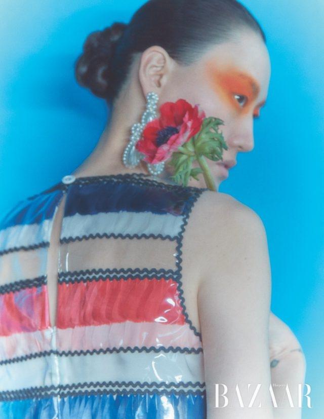 드레스는 가격 미정 Chanel, 귀고리는 81만원 Simone Rocha by BOONTHESHOP.