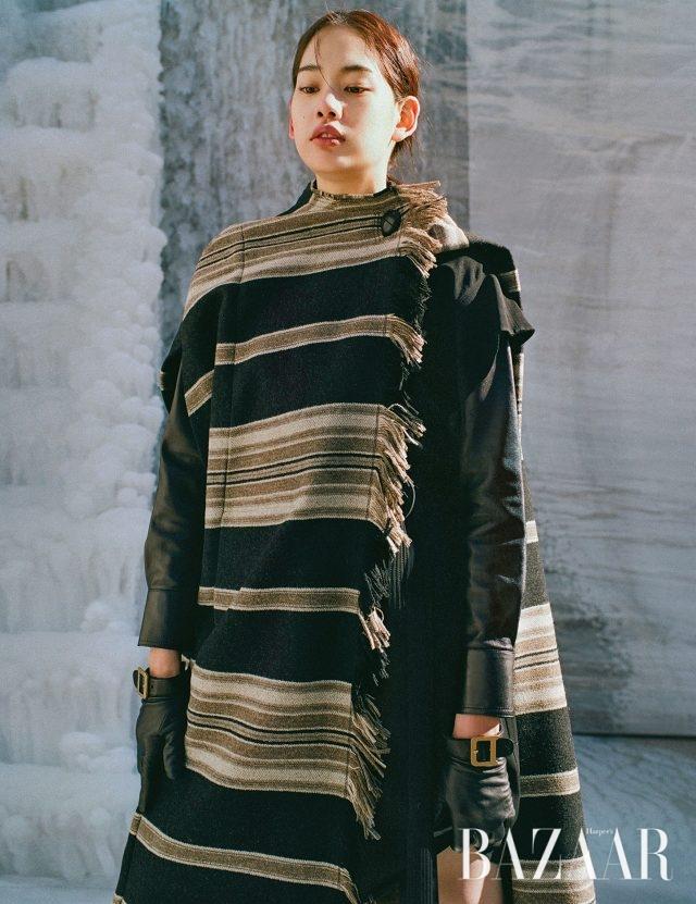 케이프는 1백88만2천원 Isabel Marant, 셔츠, 원피스는 모두 Givency, 장갑은 Dior.
