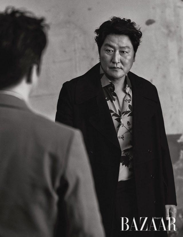 송강호가 입은 코트는 Kimseoryong Homme, 셔츠와 팬츠는 Reiss.