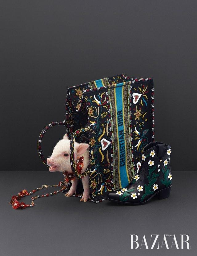 가방은 가격 미정 Dior, 부츠는 1백95만원 Valentino Garavani, 초커와 롱 목걸이는 모두 가격 미정 Chanel.