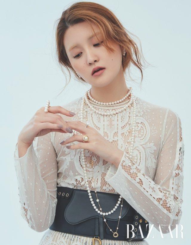 귀고리, 초커, 롱 목걸이, 진주 5개가 세팅된 반지, 진주와 다이아몬드가 세팅된 반지는 모두 가격 미정 Tasaki,진주가 세팅된 골드 목걸이는 1천3백만원대, 볼드한 진주 반지는 6백50만원대 모두 Cartier, 드레스와 벨트는 모두 가격 미정 Dior.