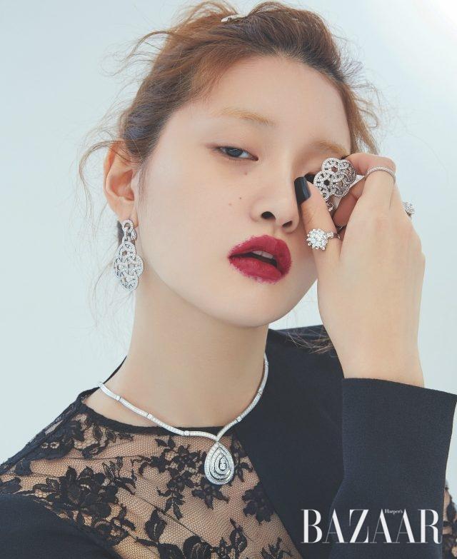 귀고리는 가격 미정 Cartier, 목걸이는 9천만원대 Chaumet, 플라워 모티프 반지는 2천6백26만원 Lucie,밴드 반지, 스퀘어 컷 다이아몬드 반지는 모두 가격 미정 Tiffany & Co., 드레스는 가격 미정 Givenchy.
