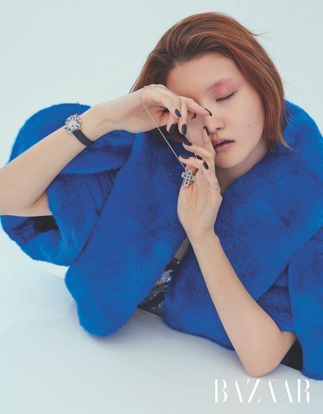 목걸이는 9백99만원, 시계는 가격 미정 모두 Damiani, 퍼 코트는 7백30만원 Delpozo. 드레스는 가격 미정 Ralph Lauren Collection.