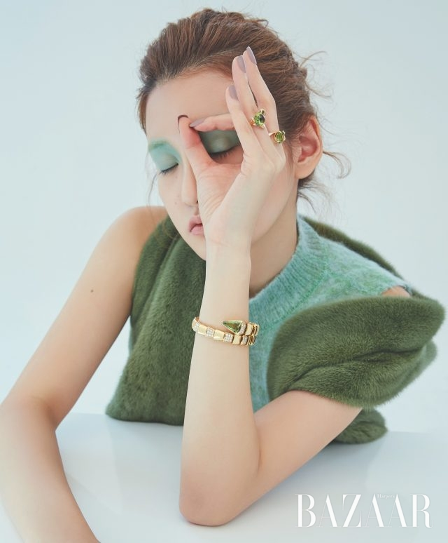거북이 모양의 반지는 2백46만원 Lucie, 다이아몬드와 세팅된 반지는 가격 미정 Dior Fine Jewelry, 팔찌는 4천4백만원대 Bvlgari.니트 톱은 가격 미정 Missoni, 밍크 베스트는 3백만원대 Ds Furs.