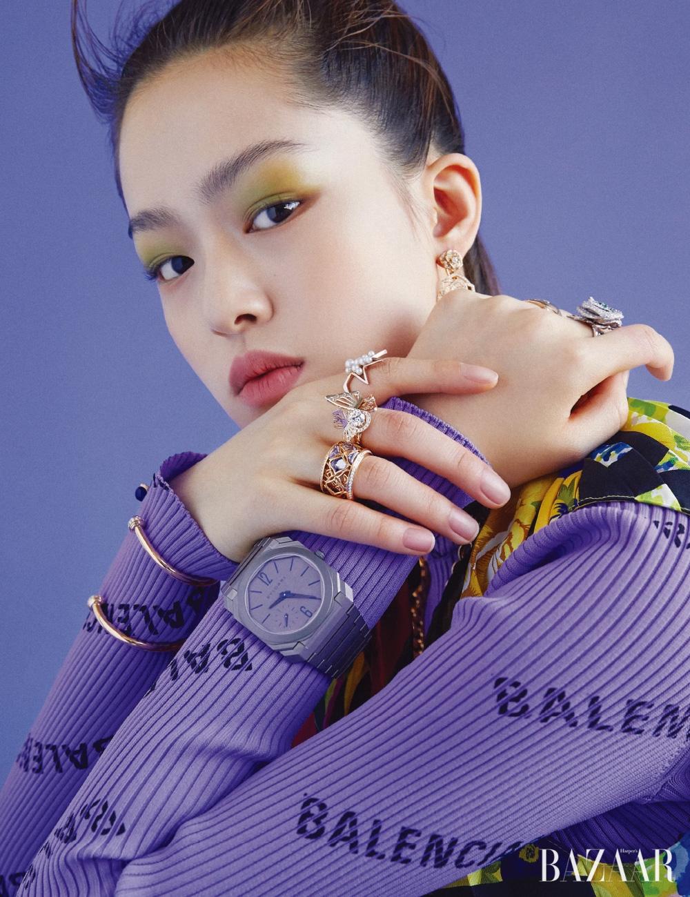 18K 핑크 골드에 브릴리언트 컷 다이아몬드를 세팅한 귀고리는 4천2백40만원 Piaget, 오른손 검지에 착용한 사쿠라 골드와 담수 진주가 세팅된 반지는 Tasaki, 나비 모티프 반지는 2천6백만원대 Lucie, 로즈 골드와 자수정이 조화로운 반지는 Chopard, 라피스 라줄리 카보숑과 커닐리언 카보숑 장식의 오픈 팔찌는 각각 7백만원대, 8백만원대 모두 Piaget, 왼손 중지에 착용한 화이트 골드와 다이아몬드, 차보라이트 가닛, 에메랄드가 장식된 반지는 Dior Fine Jewelry, 0.46캐럿의 라운드 컷 다이아몬드가 세팅된 베이지 골드 반지는 Chanel Fine Jewelry, '옥토 피니씨모 오토매틱' 시계는 1천7백만원대 Bvlgari, 원피스, 톱은 모두 Balenciaga.
