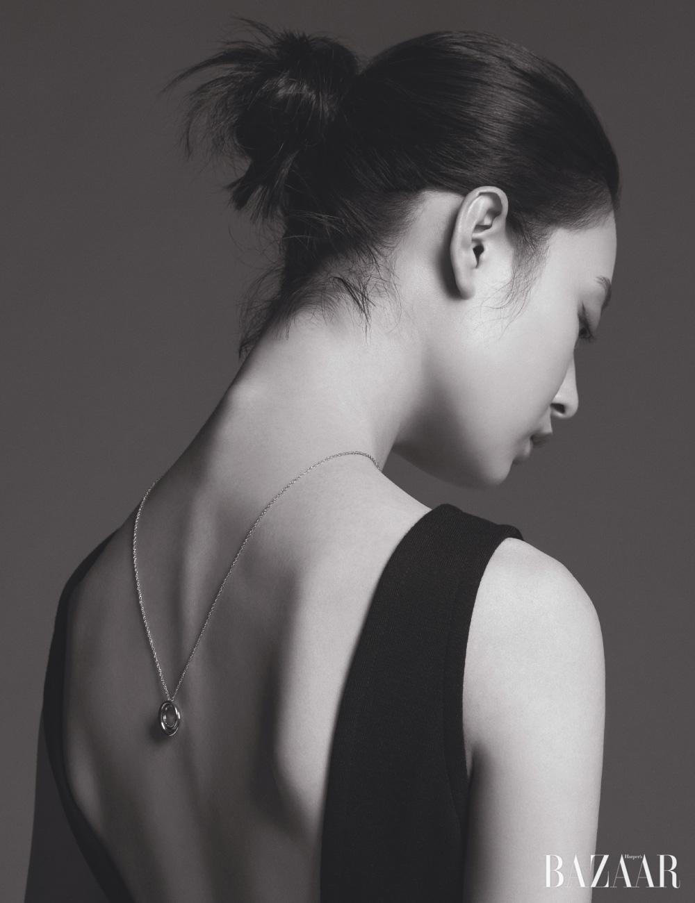 보디수트는 Prada, 목걸이는 Trois Rois.