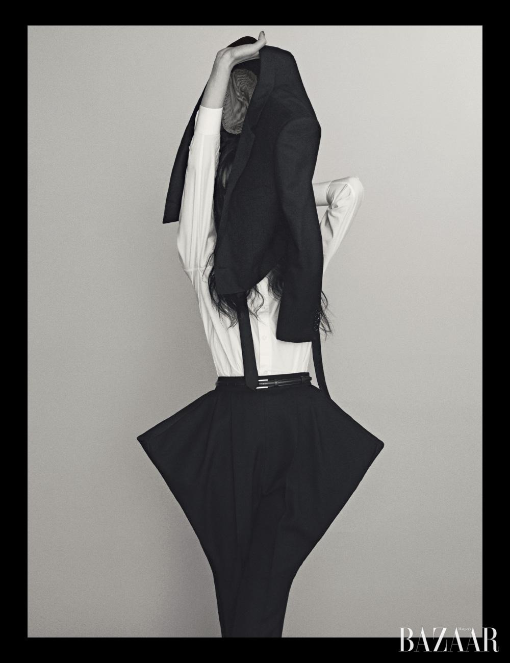손에 든 크롭트 재킷, 셔츠, 팬츠, 벨트는 모두 Celine by Hedi Slimane, 넥타이는 Dior.