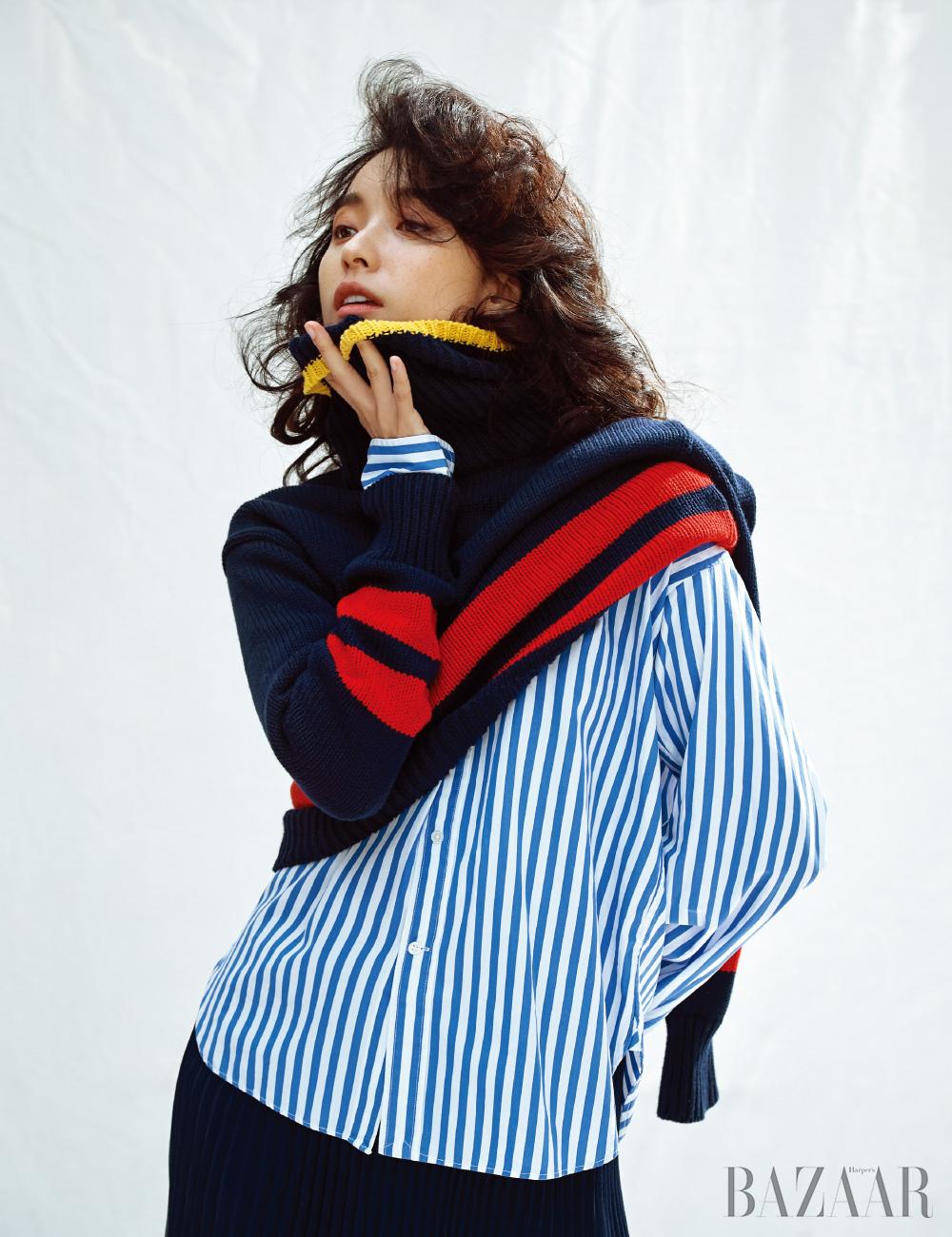 노티컬 스트라이프 스웨터, 스트라이프 셔츠, 플리츠 스커트는 모두 Polo Ralph Lauren.