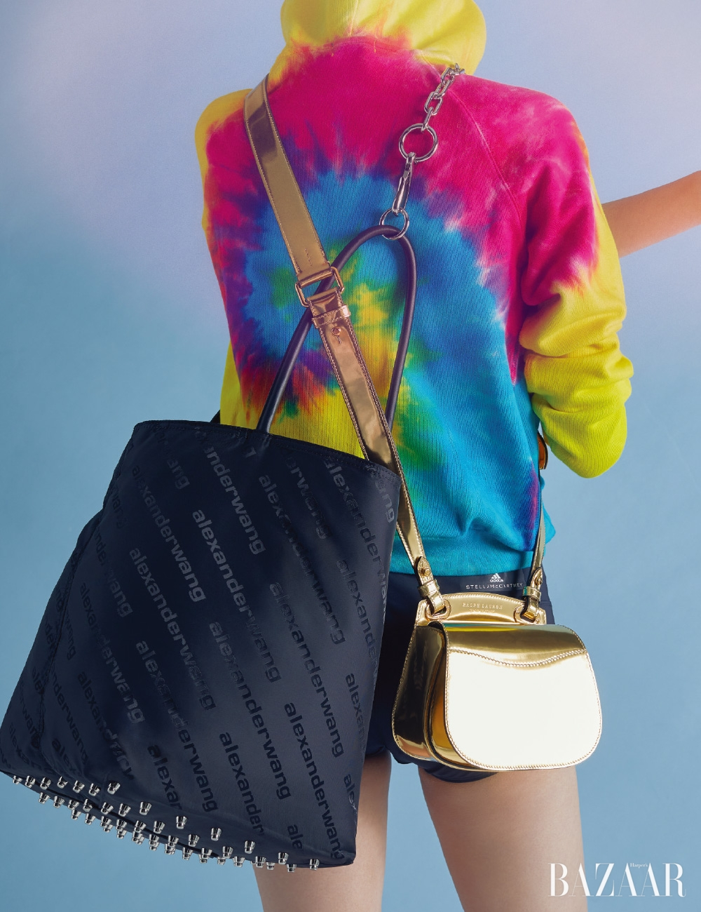 톱은 20만원대Polo Ralph Lauren, 브리프는 5만9천원 Adidas by Stella McCartney, '록시' 토트백은 1백39만원 Alexander Wang, 골드 숄더백은 Ralph Lauren Collection.