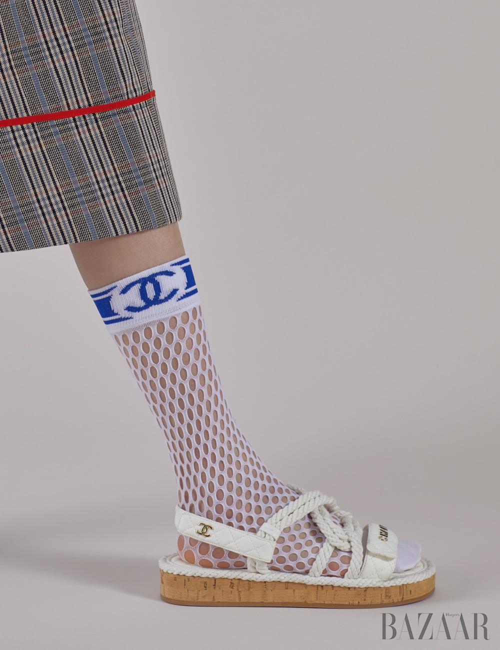 스커트는 1백38만원 Sonia Rykiel, 피시넷 양말, 샌들은 모두 Chanel.