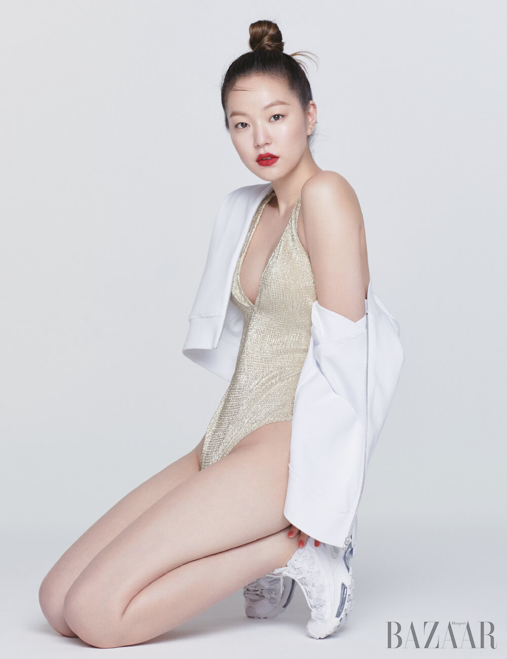 보디수트는 H&M, 점퍼는 Calvin Klein, 운동화는 Puma.