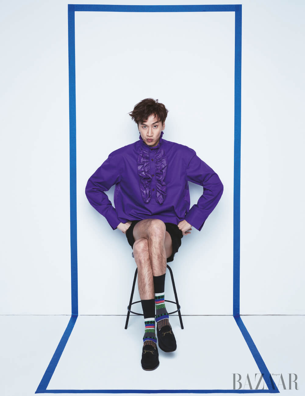 프릴 셔츠, 팬츠는 모두 Kwanghyo Chang, 슈즈는 Carmina by Unipair, 양말은 스타일리스트 소장품.