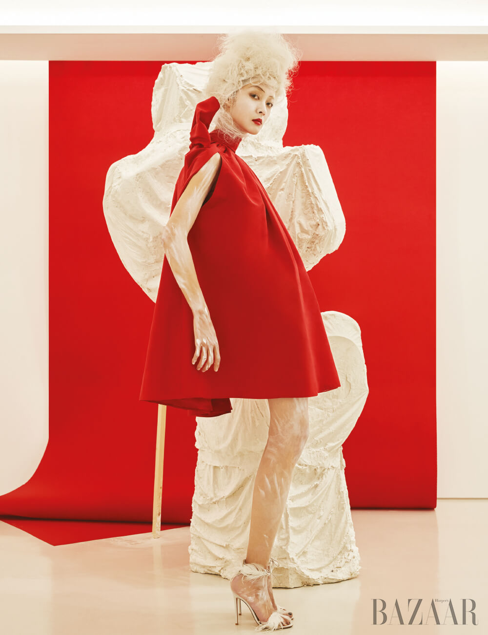 드레스는 Valentino, 샌들은 Gianvito Rossi 제품.