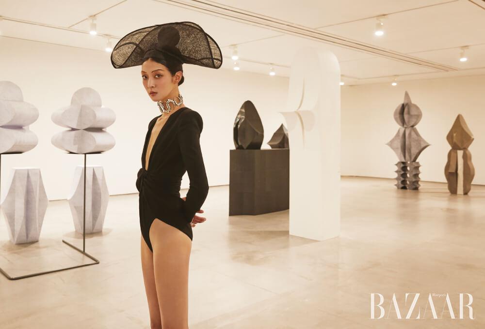 보디수트, 초커는 모두 Saint Laurent by Anthony Vaccarello, 모자는 Shinjeo 제품.
