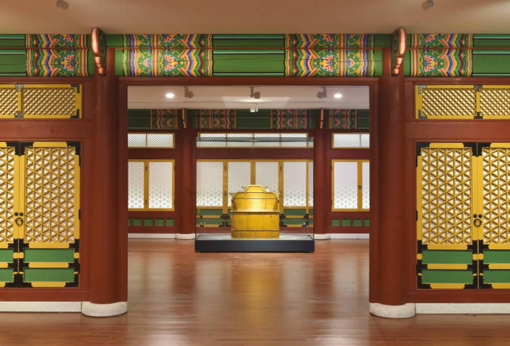 대한제국 황제를 상징하는 황색으로 칠하고 모서리마다 금색 용머리를 끼운 어좌.