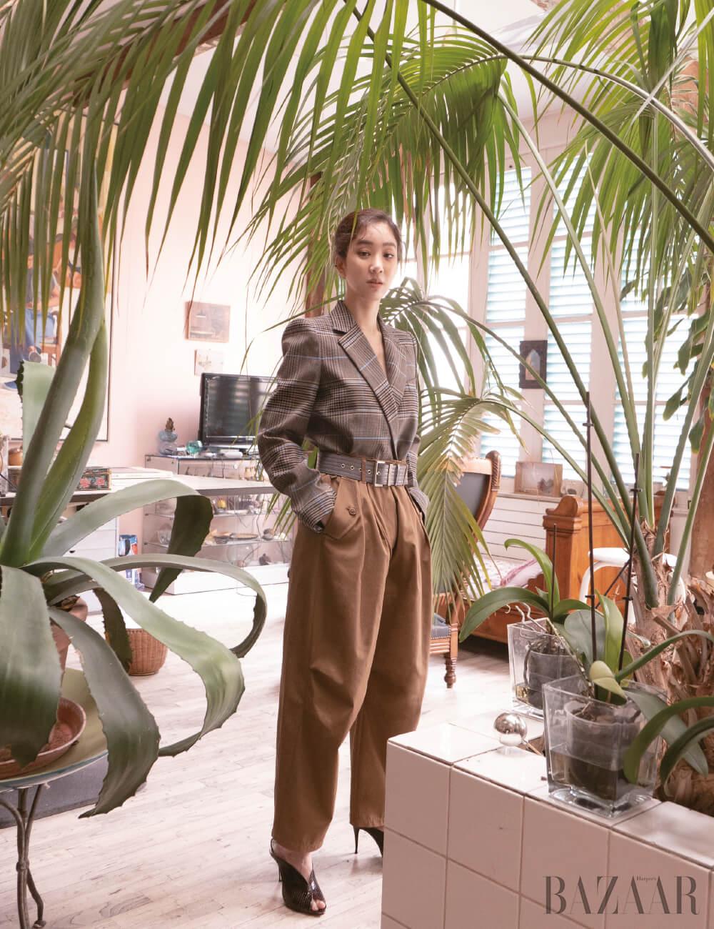 체크 재킷, 팬츠, 벨트, 뮬은 모두 Givenchy.