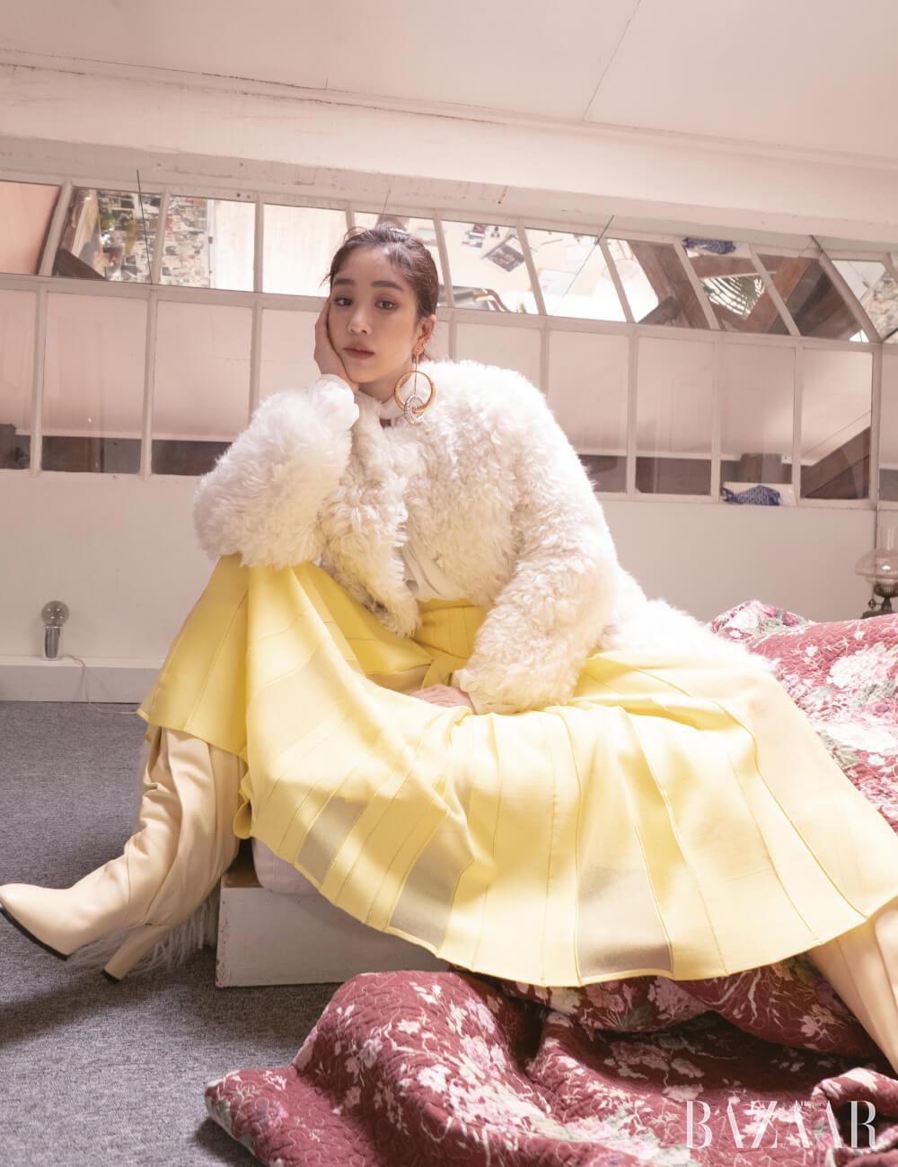 블라우스, 플리츠 스커트, 시어링 코트, 스테이트먼트 귀고리, 롱 부츠는 모두 Givenchy.