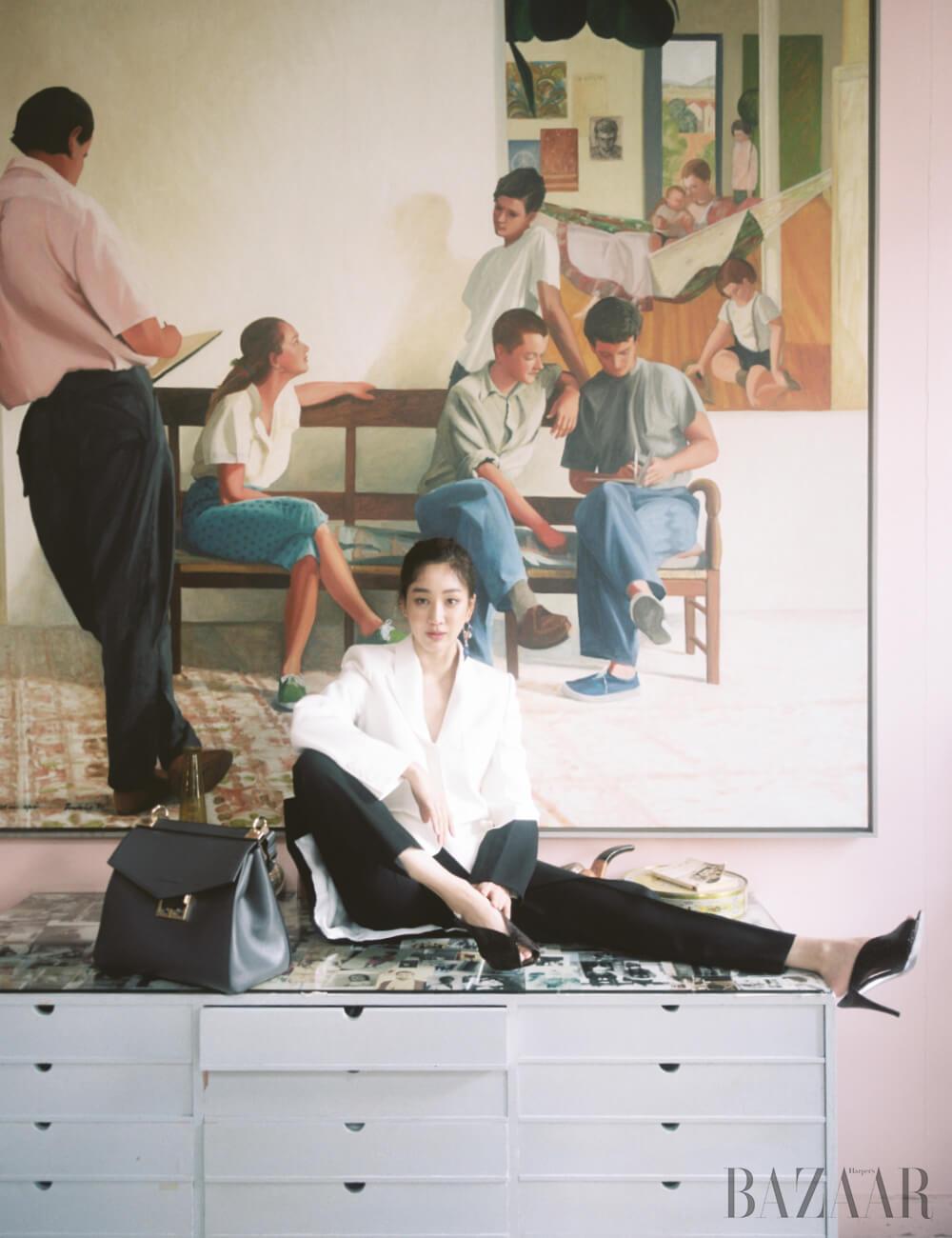 테일러드 재킷, 팬츠, 귀고리, 토트백, 뮬은 모두 Givenchy.