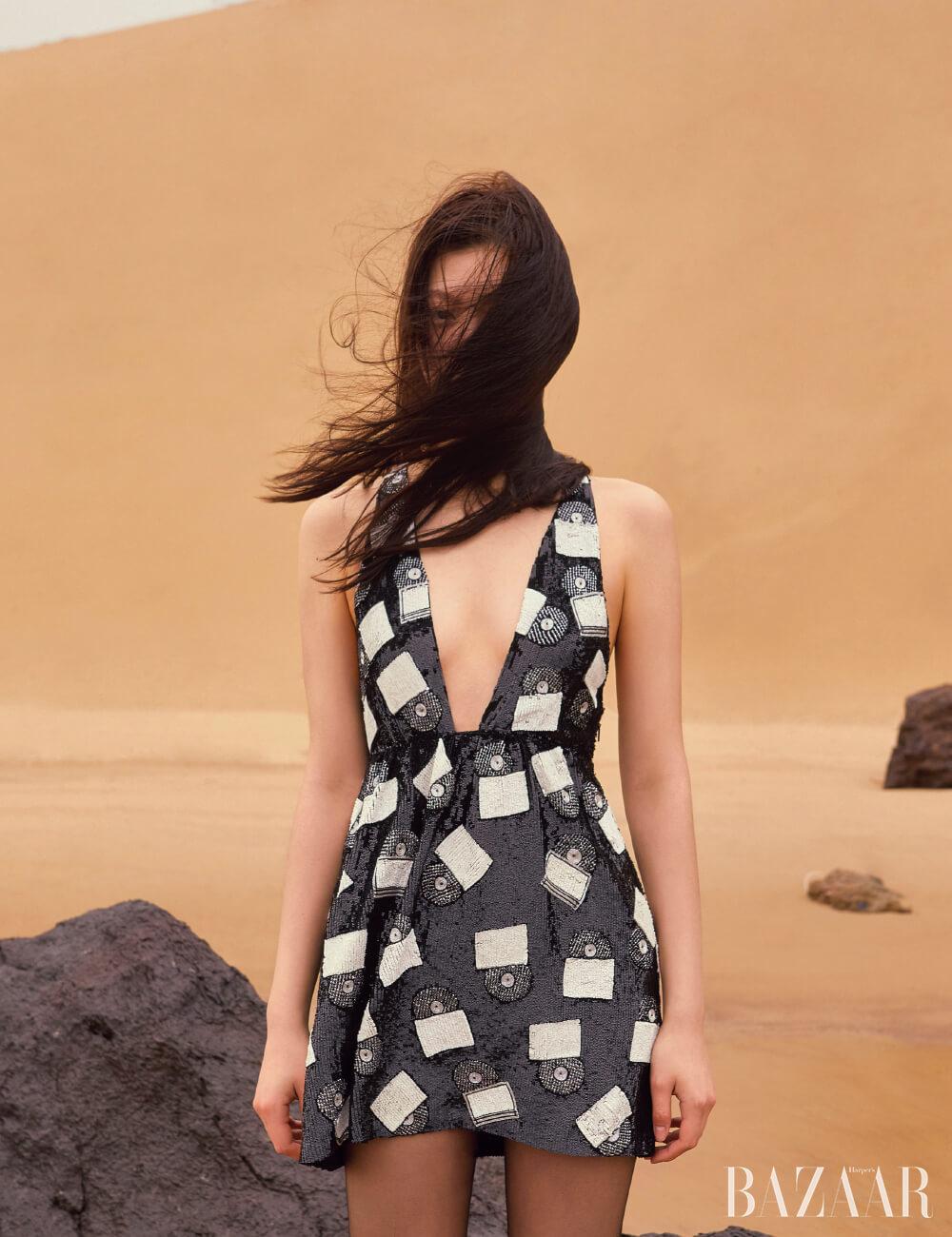 드레스, 타이츠는 모두 Saint Laurent by Anthony Vaccarello.