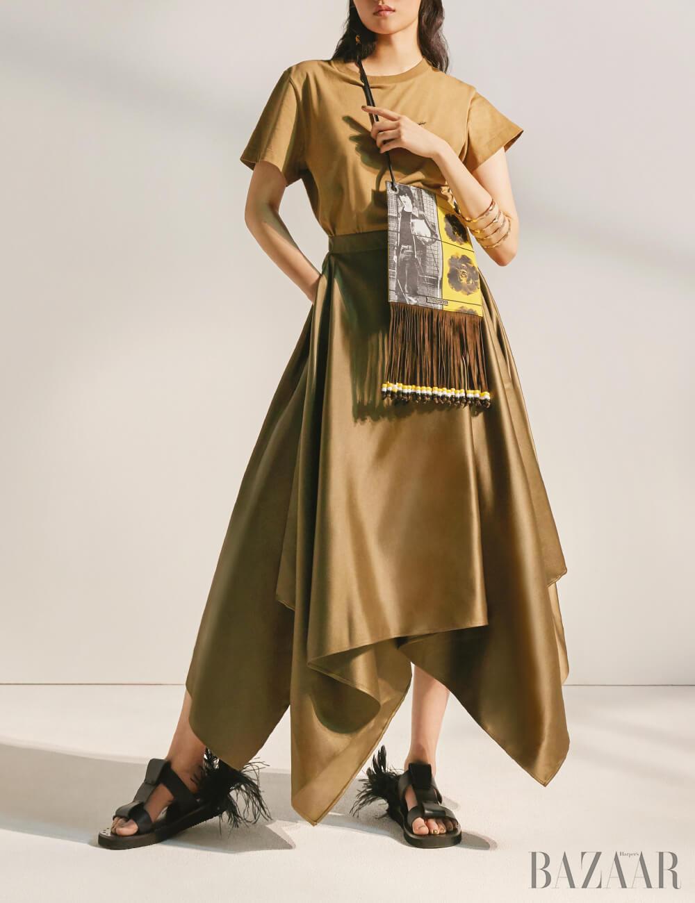 티셔츠는 29만9천원, 스커트는 가격 미정 모두 Salvatore Ferragamo, 프린지 백은 65만원 J.W Anderson by Mue, 골드 커프는 2만5천원 H&M, 깃털 샌들은 92만원 Valentino Garavani.
