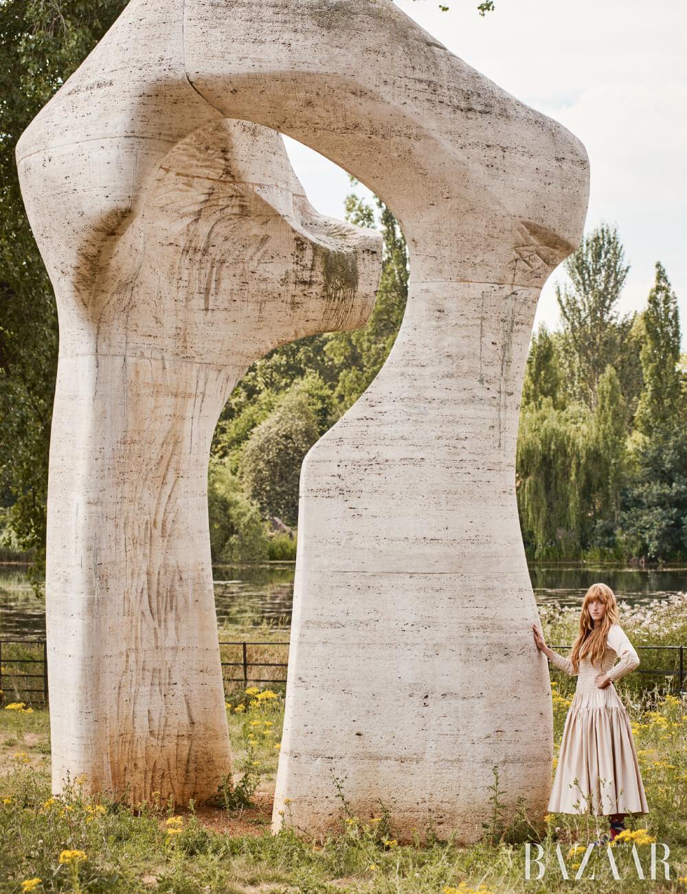 켄징턴 가든, 헨리 무어(Henry Moore)의 'The Arch'(1980)와 함께