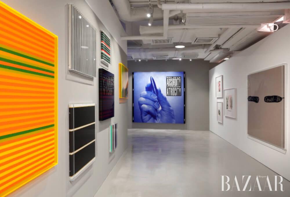 바바라 크루거의 작품이 맨 안쪽에 전시되어 있는 홍콩 H퀸스 전시 전경.