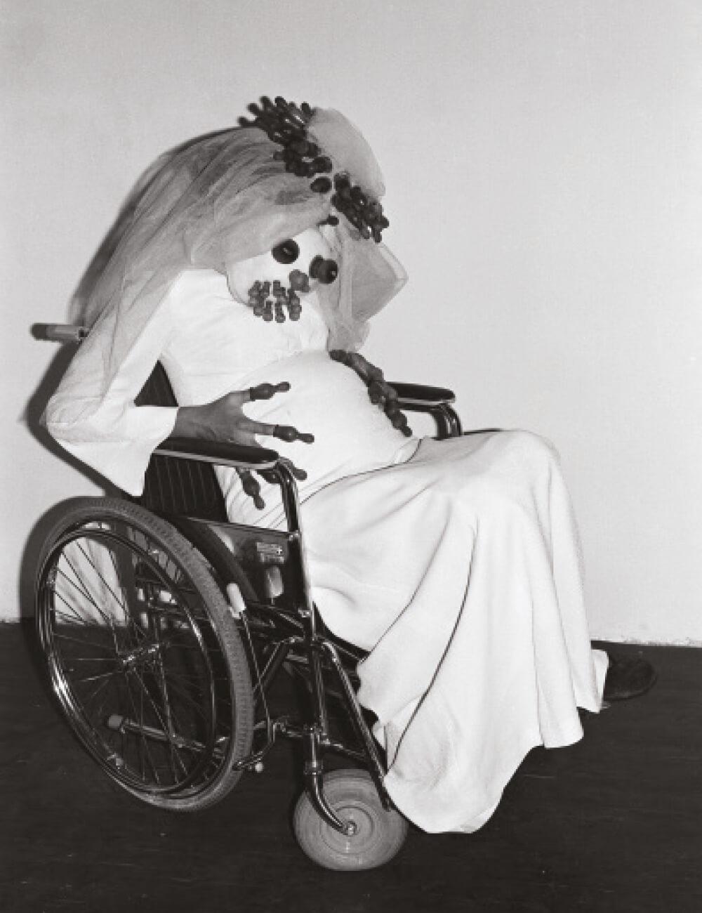 오스트리아관. 레나테 베르틀만, 'Die Schwangere Braut', 1978, Schwarz-Weiß-Fotografie auf Barytpapier, diverse Maße. © Renate Bertlmann Foto: Renate Bertlmann
