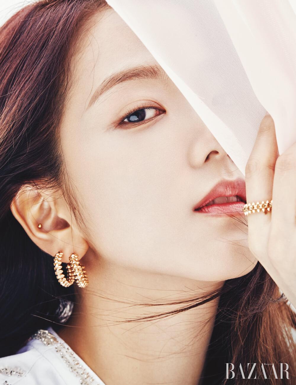 오른쪽 귀에 착용한 한 쌍의 귀고리, 검지에 착용한 반지는 모두 '클래쉬 드 까르띠에' 컬렉션 Cartier. 드레스는 Louis Vuitton.