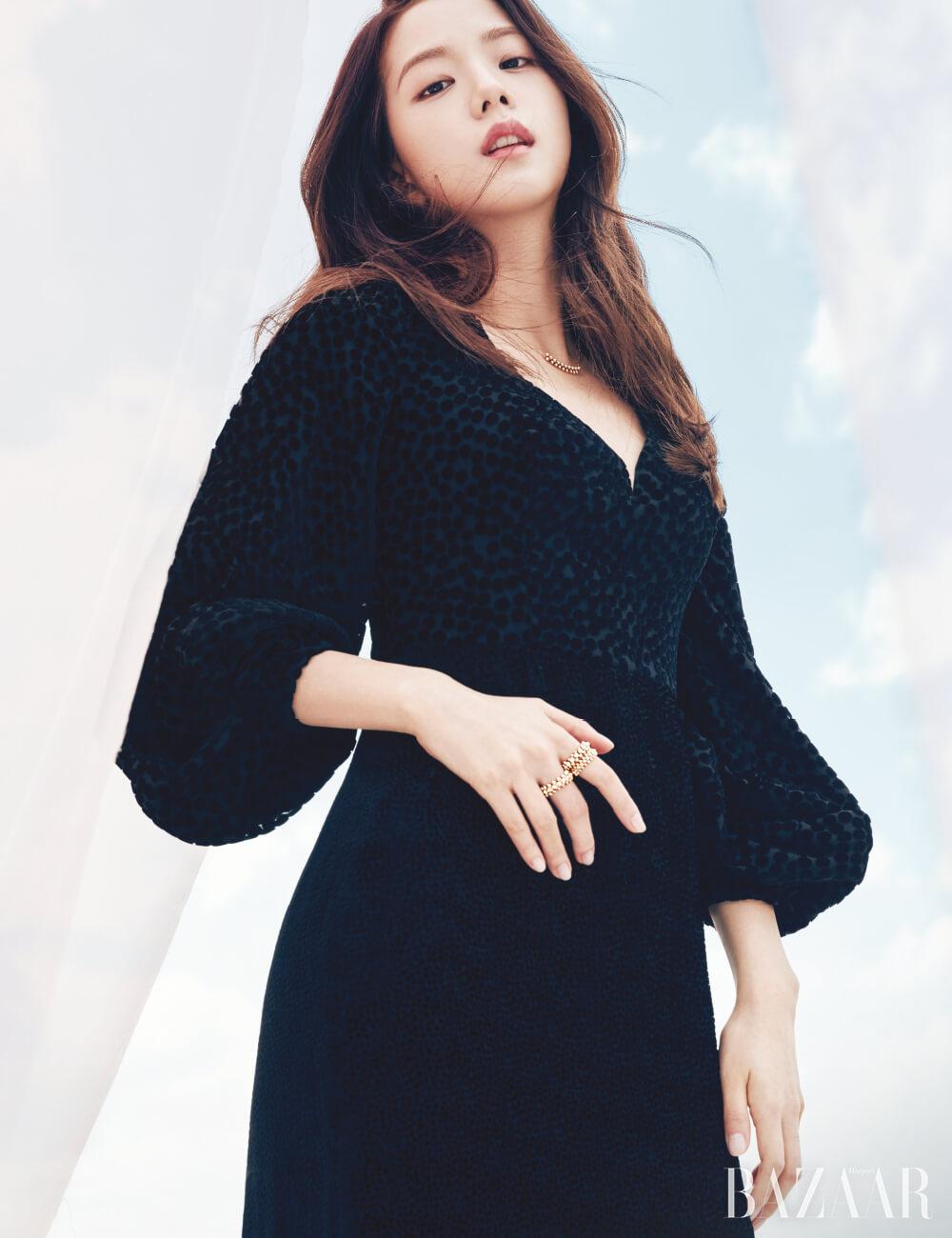 18K 핑크 골드 소재 목걸이, 검지와 중지에 착용한 반지는 모두 '클래쉬 드 까르띠에' 컬렉션 Cartier. 드레스는 Escada Vintage Gown.