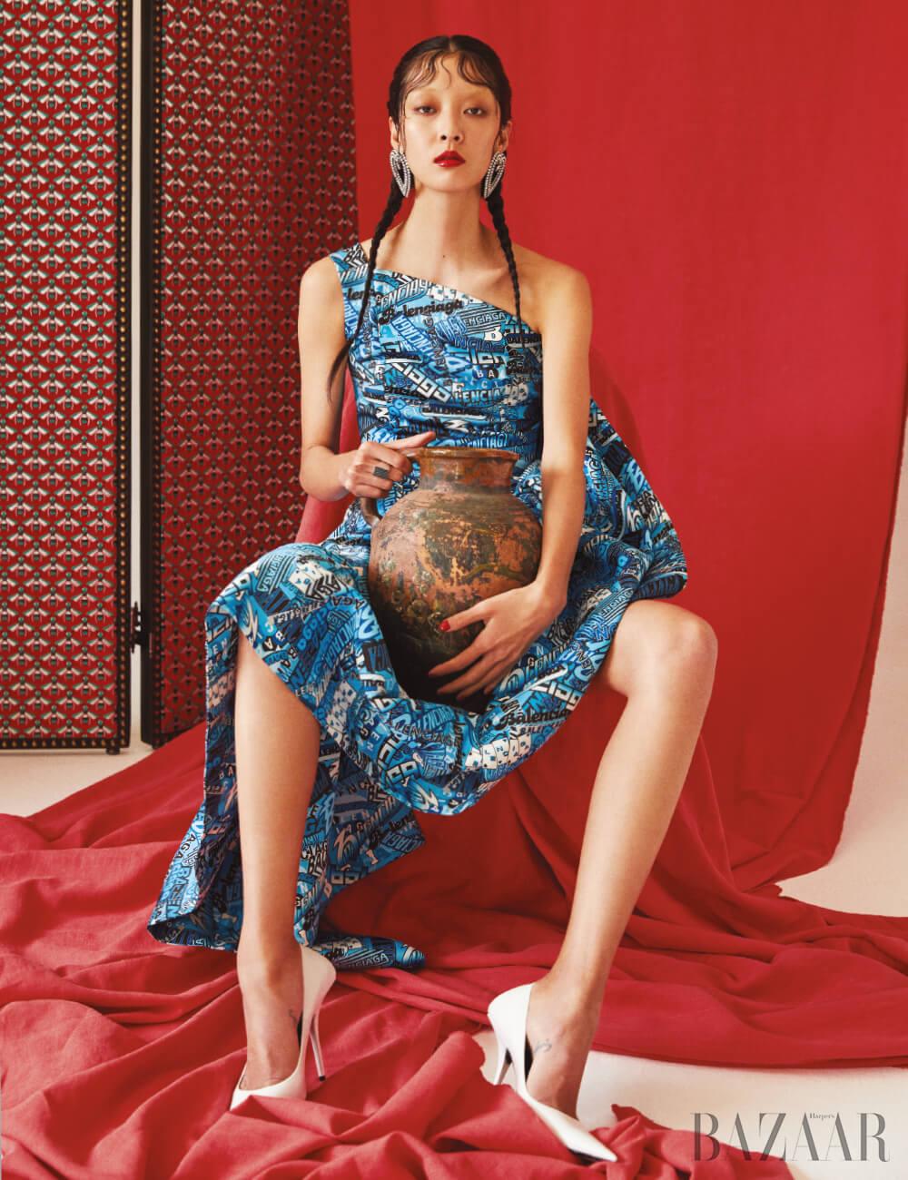 드레스, 귀고리, 슈즈는 모두 Balenciaga, 반지는 Celine by Hedi Slimane, 뒤쪽에 놓인 파티션은Gucci Deco.
