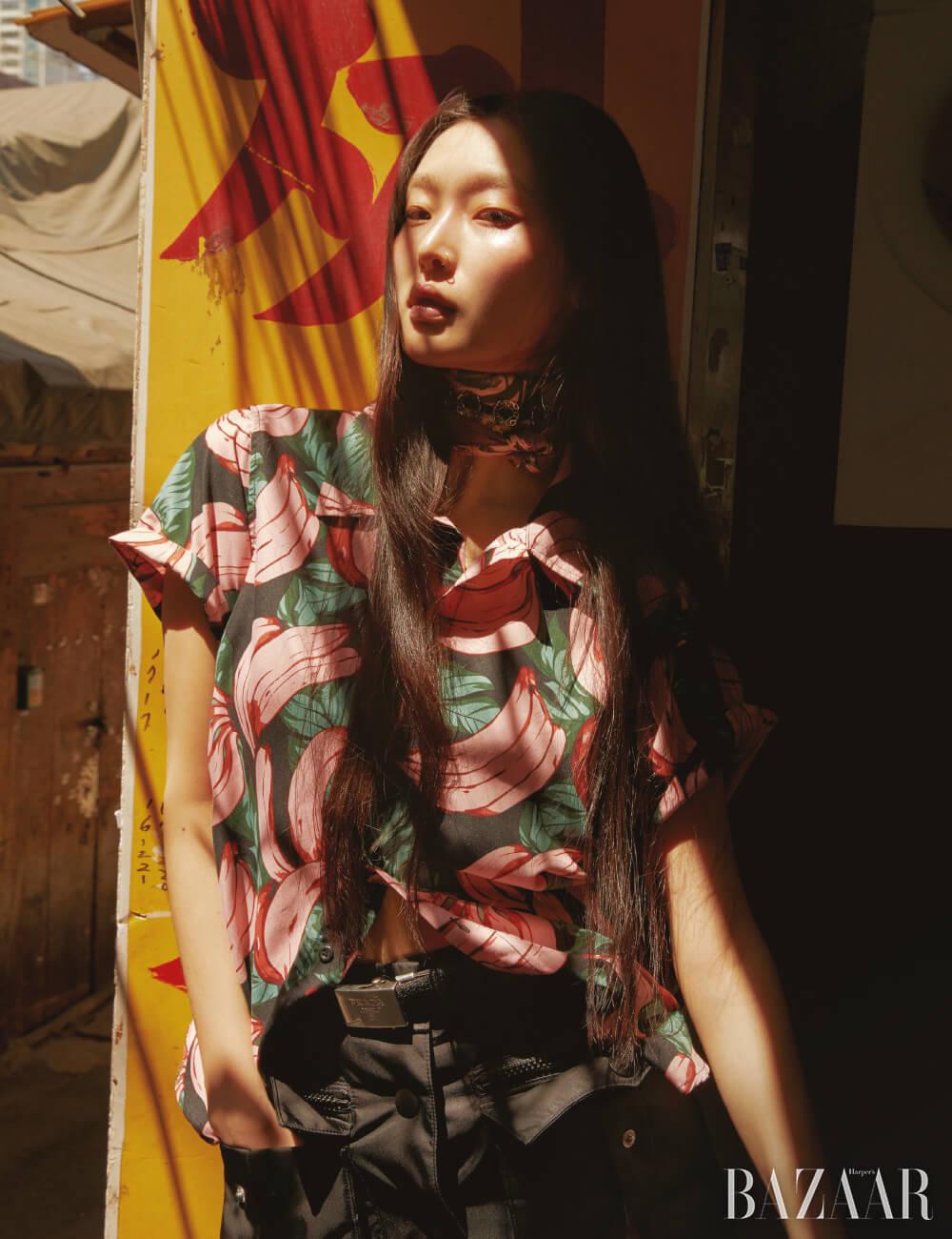 빈티지 프린트 셔츠, 스카프는 모두 Dongmyo Flea Market, 나일론 소재 스커트, 벨트는 모두 Prada, 초커는 26만5천원Marc Jacobs.