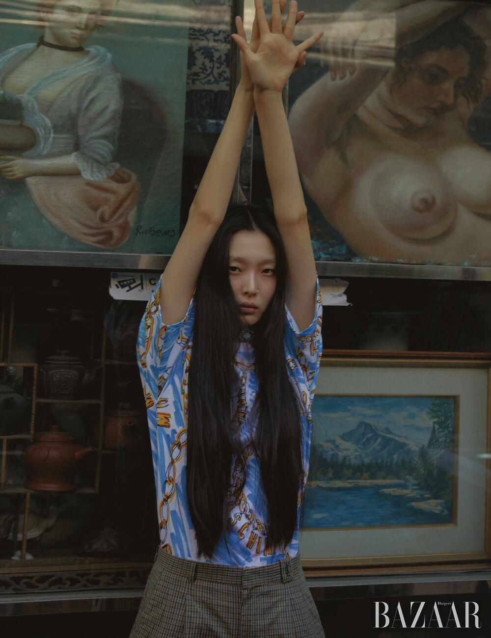 톱은 40만원 Moschino, 빈티지 팬츠, 목에 두른 스카프, 브로치는 모두Dongmyo Flea Market.