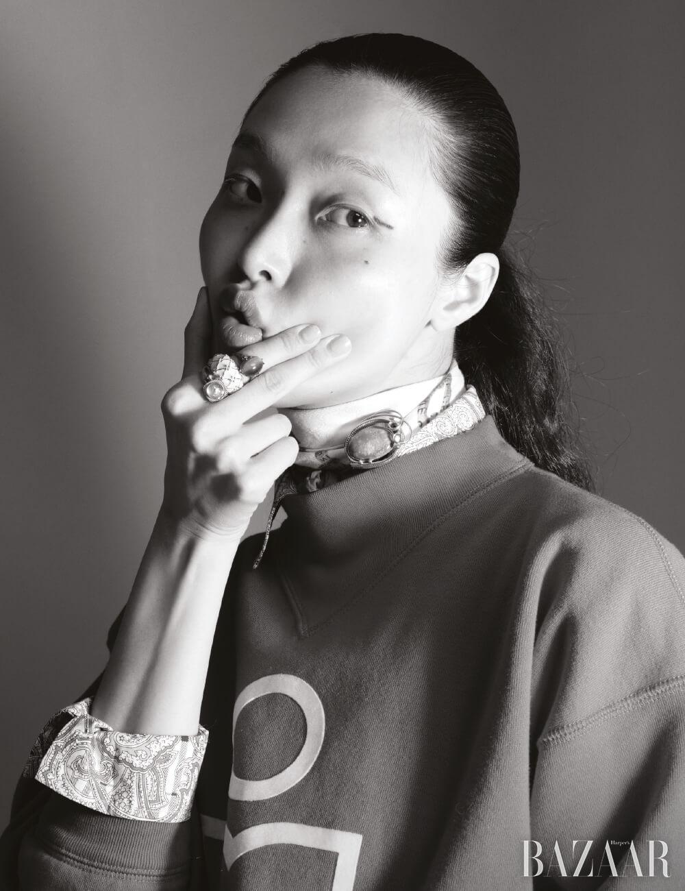 스웨트셔츠는 39만8천원Isabel Marant, 이너로 입은 빈티지 셔츠, 스카프, 브로치, 스톤 장식 반지, 볼드한 반지는 모두 Dongmyo Flea Market.