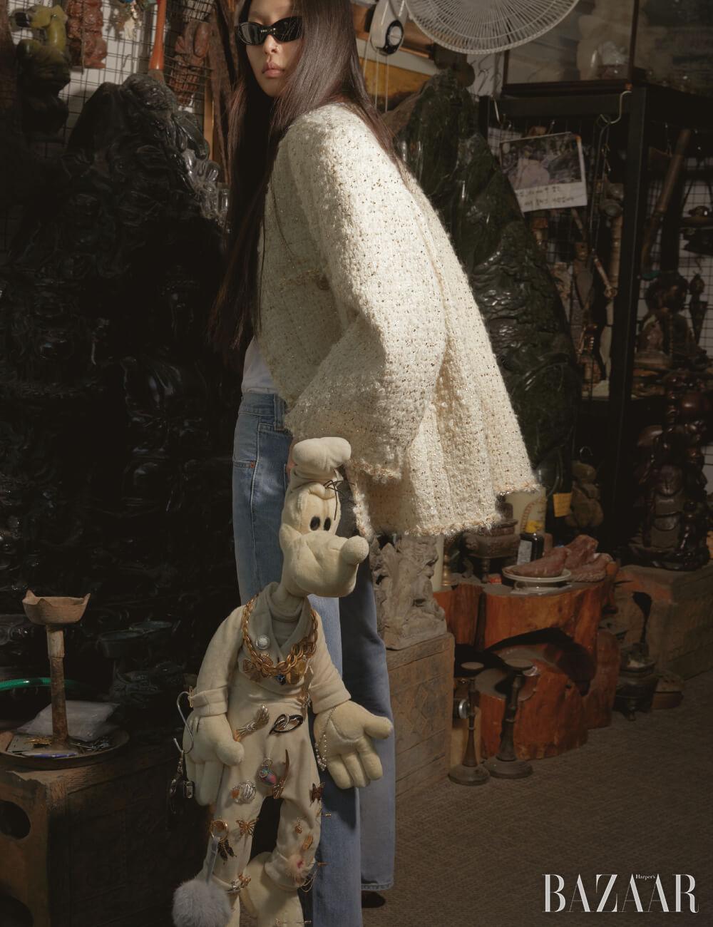 재킷은 Chanel, 톱은 Alaïa by 10 Corso Como, 빈티지 501 데님 팬츠는 Dongmyo Flea Market, 선글라스는 33만원 Gentle Monster.