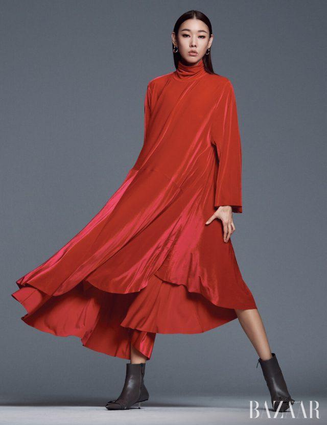 벨벳 드레스, 실버 루프 귀고리, 버클 장식 앵클부츠는 모두 Balenciaga.