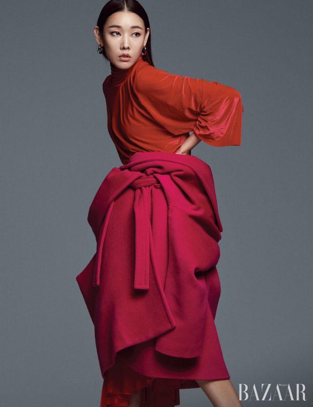 허리에 묶어 연출한 코트, 벨벳 드레스, 귀고리는 모두 Balenciaga.