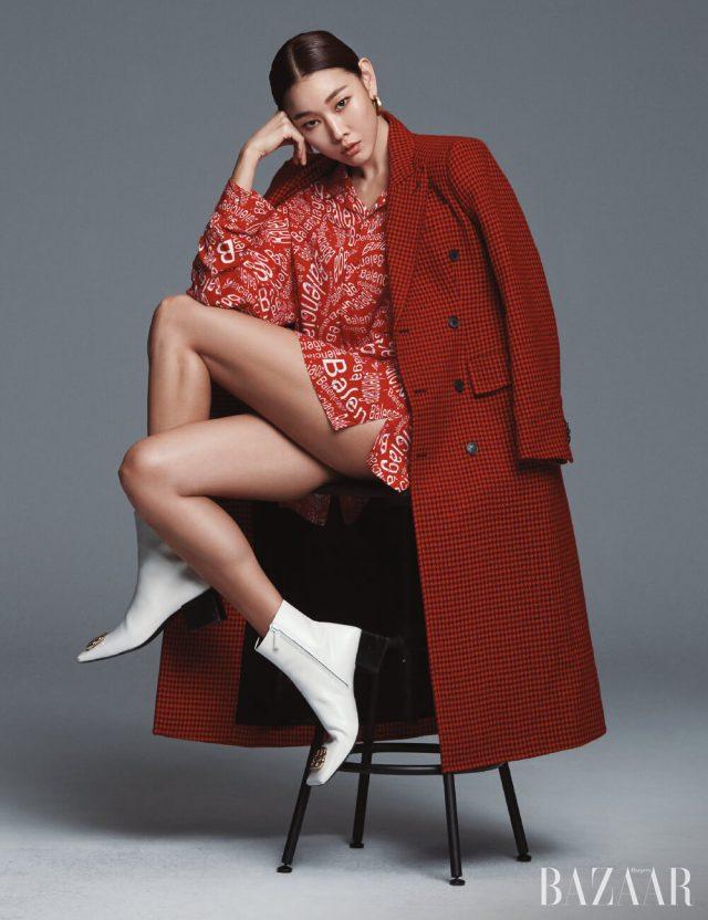 구조적인 실루엣의 아워글라스 코트, 로고 패턴 셔츠, 귀고리, 부티는 모두 Balenciaga.