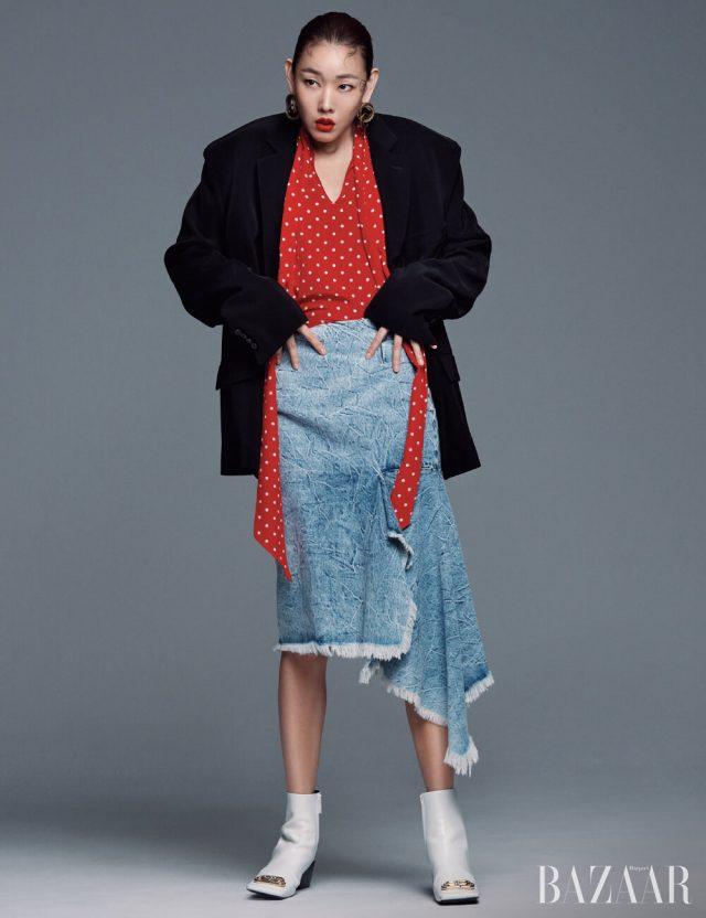 스퀘어 숄더 재킷, 폴카 도트 패턴 블라우스, 데님 스커트, 귀고리, 스퀘어 토 부티는 모두 Balenciaga.