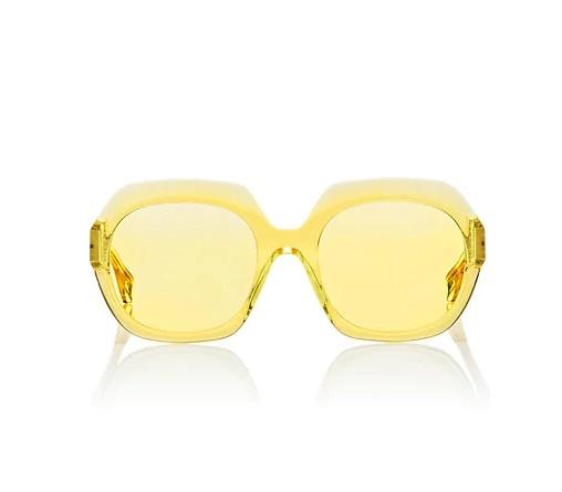 팝한 컬러의 투명 선글라스는 Maison Margiela