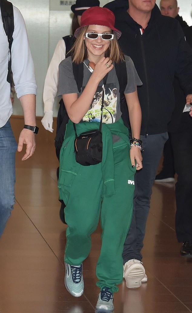 홍보 차 일본에 방문한 밀리 바비 브라운의 스웨그 넘치는 공항 패션.