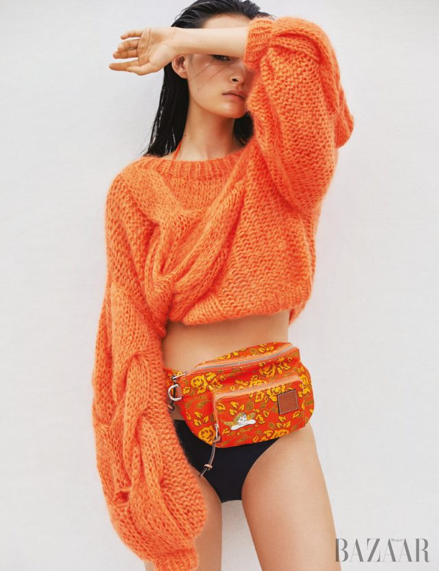 스웨터는 99만원 Loewe, 벨트 백은 79만원 Loewe Paula's Ibiza Collection, 비키니 톱은 H&M, 비키니 브리프는 2만2천원 Oysho.