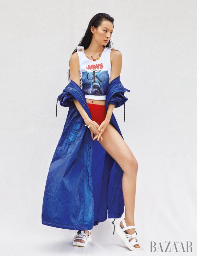 아노락은 Dries Van Noten, 탱크톱은 73만원 Calvin Klein 205W39NYC by Mue, 비키니 브리프는 Hermès, 목걸이는 2만9천원 Mango, 팔찌는 7만3천원 Gemma Alus, 샌들은 Giuseppe Zanotti.