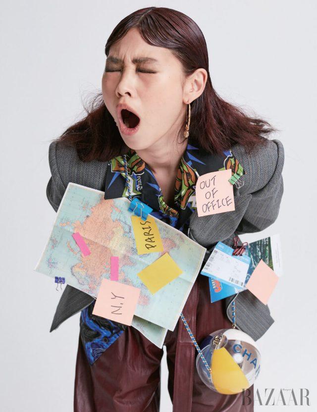 재킷은 Louis Vuitton, 셔츠는 1백27만원 Prada, 팬츠는 1백90만원대 Hugo Boss, 귀고리는 Givenchy, 가방은 Chanel.