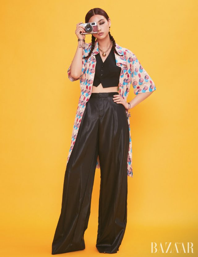 셔츠 드레스는 Chanel, 베스트, 팬츠는 모두 Ralph Lauren Collection, 목걸이는 3백63만원Bottega Veneta, 스트랩 팔찌는 모두 Dior.