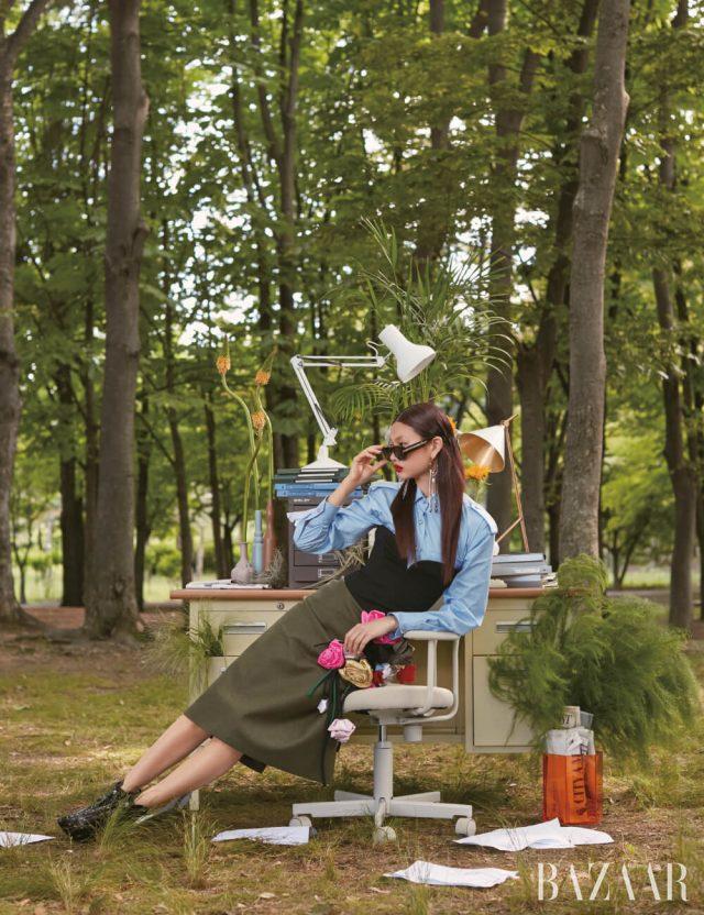 셔츠, 뷔스티에, 스커트는 모두 Prada, 선글라스, 부츠는 모두Louis Vuitton, 귀고리는 Givenchy.