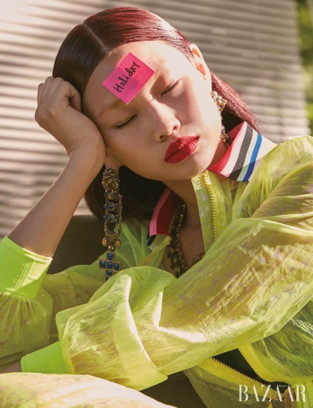 드레스는 4백19만원 Fendi, 이너로 입은 스윔수트는 8만9천원 Cos, 귀고리, 목걸이는 모두 Gucci.